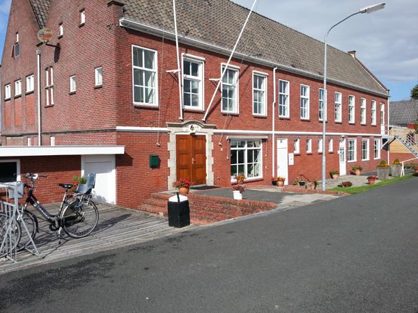 Clubgebouw met op de benedenverdieping de sanitaire voorzieningen.