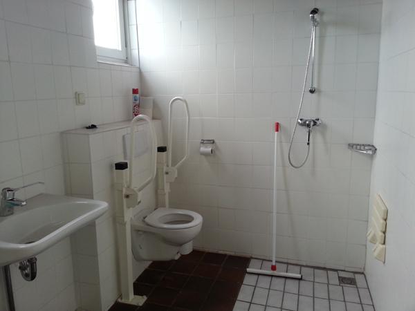 Ook sanitaire voorzieningen voor mensen met fysieke beperking.